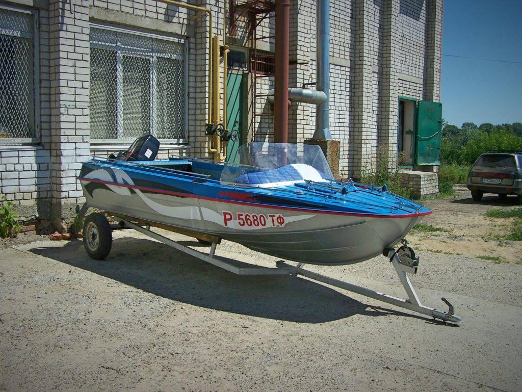 Лодка с номером на борту